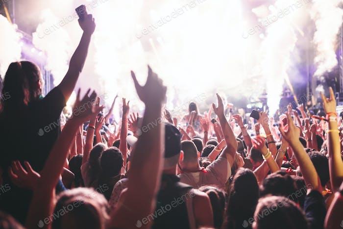 Porträt von fröhlichen Menschenmengen genießen auf Musikfestival