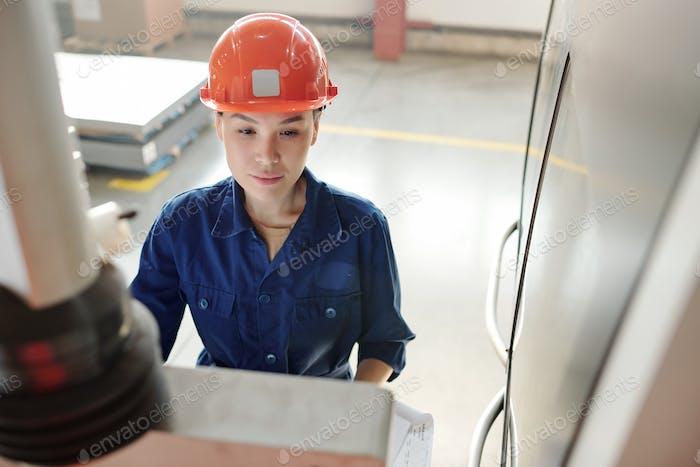 CNC-Bediener bei der Arbeit