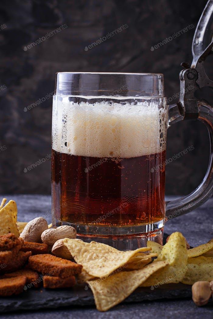 Cerveza y diferentes aperitivos