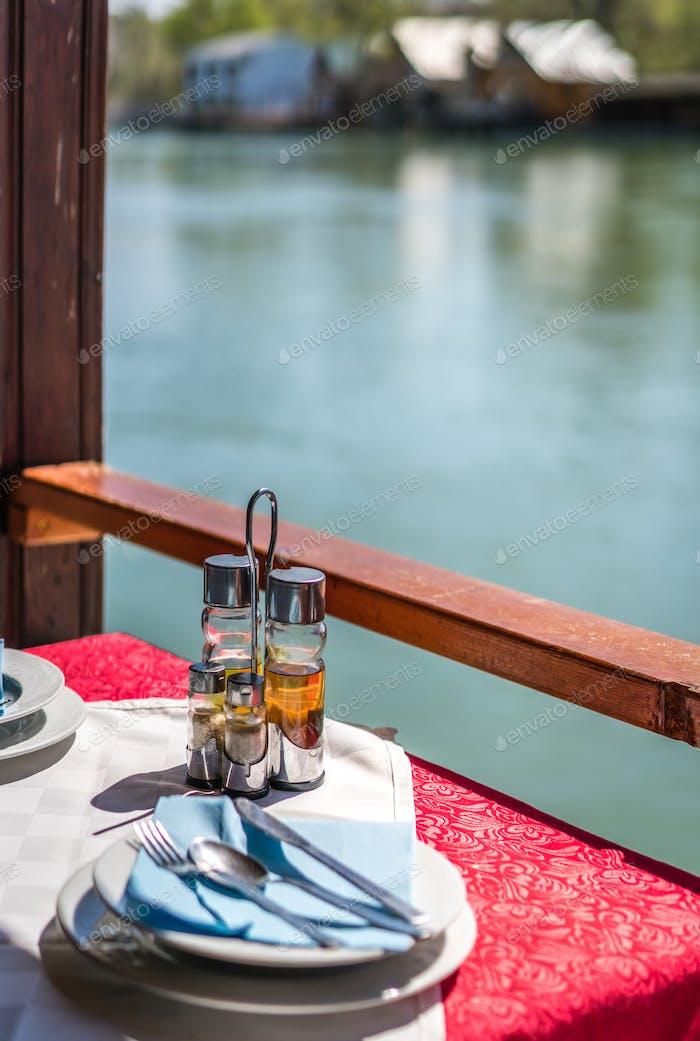 Holzrestaurant am Flussufer in Ada Bojana