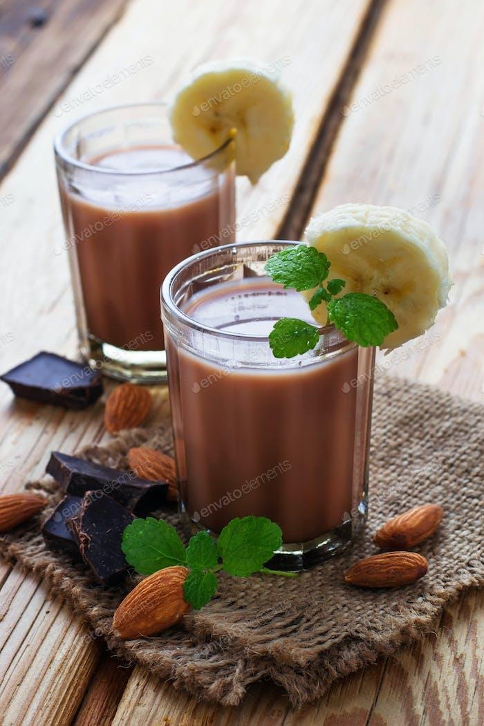 Schokoladen-Smoothie mit Banane und Minze