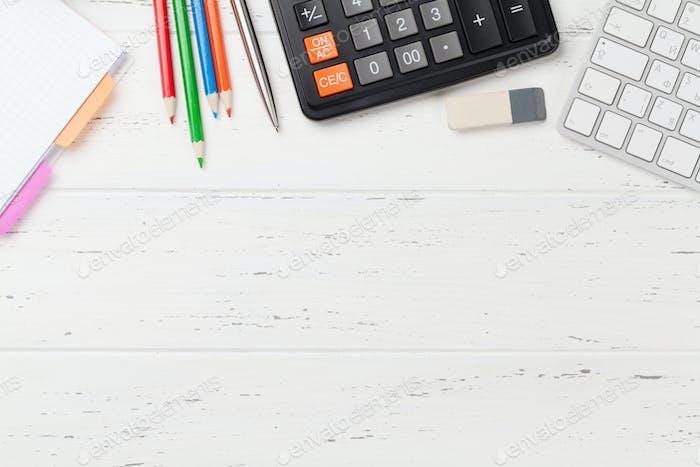 Bürokulisse mit Zubehör und PC