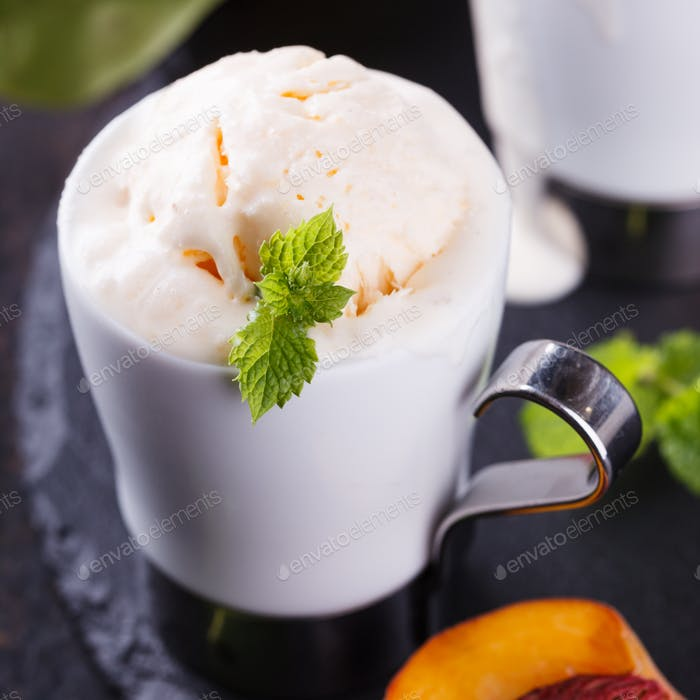 Pfirsicheis mit Minze.Sommer-Dessert-Konzept