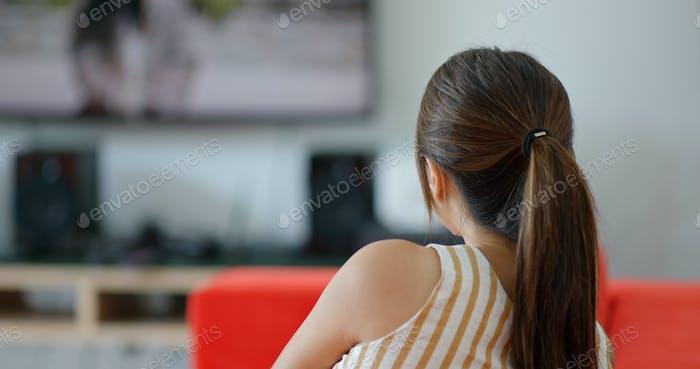 Frau Fernsehen zu Hause