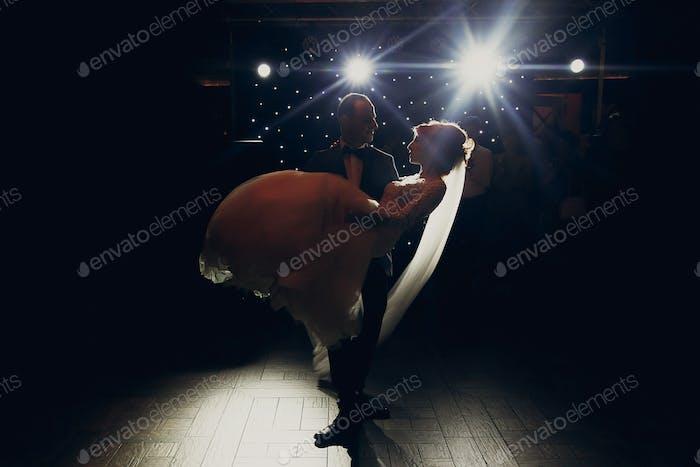 Wunderschöne Hochzeitspaar Durchführung ersten Tanz im Restaurant