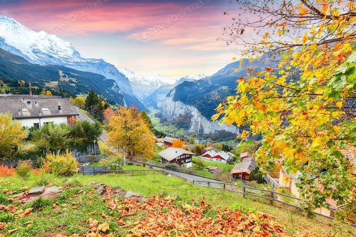 Atemberaubende Herbstansicht des malerischen Bergdorfes Wengen