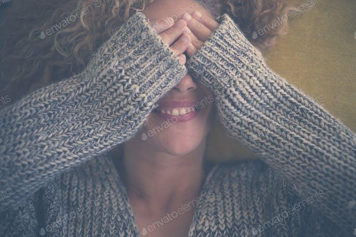 schöne kaukasische Frau mittleren Alters verstecktes Gesicht haben Spaß