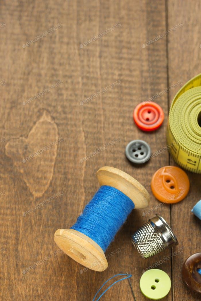 Nähwerkzeuge und Zubehör auf dem Tisch
