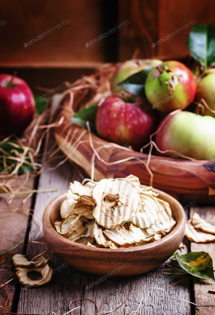 Яблочные чипсы, натюрморт в деревенском стиле