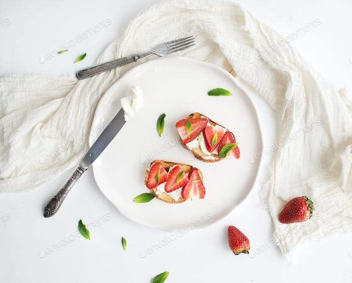 French toasts with strawberry, cream cheese, honey and mint