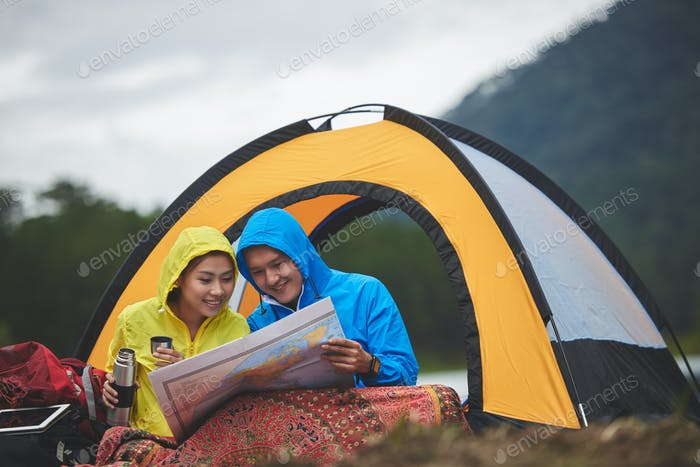 Turistas con mapa