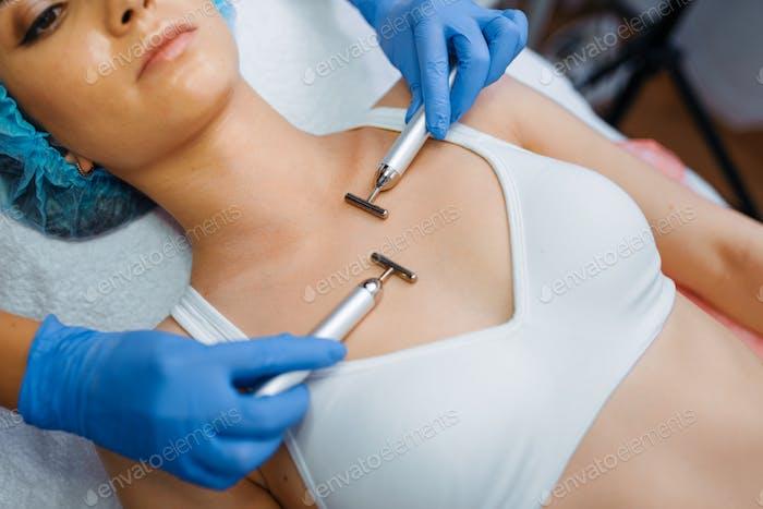 Kosmetikerin glättet die Körperhaut nach Botox