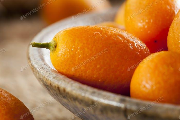 Kumquats frescos orgánicos crudos
