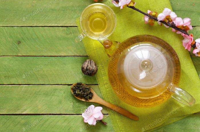 Grüner Tee in einer Teekanne