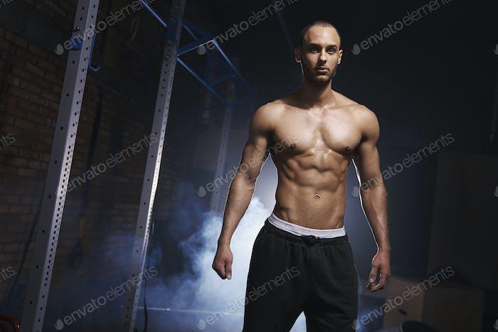 Frontansicht eines motivierten Bodybuilders