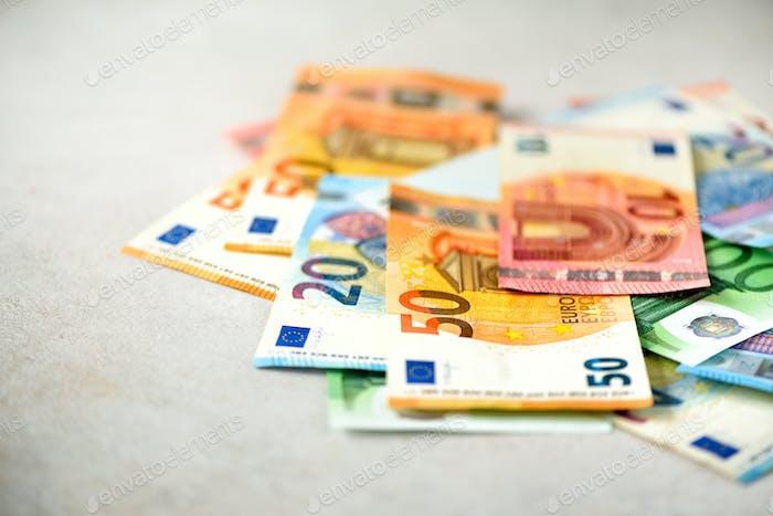 Euro-Währung Geldbanknoten Hintergrund. Zahlungs- und Barkonzept. Angekündigte Stornierung von fünf