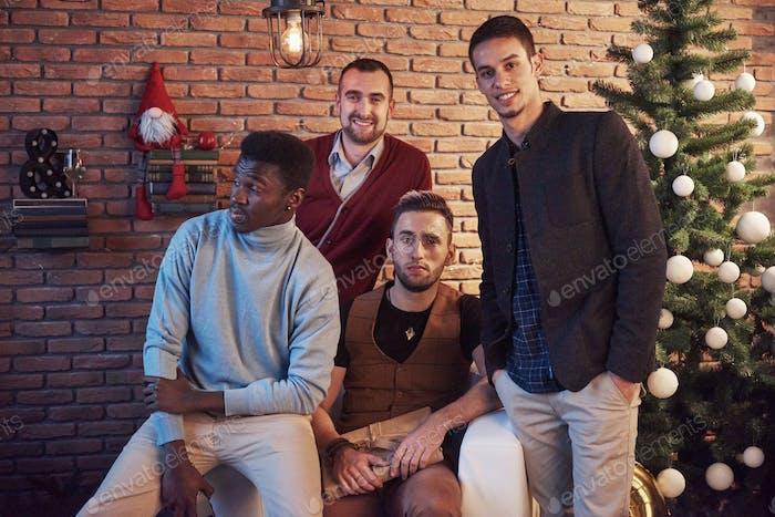 multikulturelle Freunde, die sich zu Hause am Heiligabend ausruhen