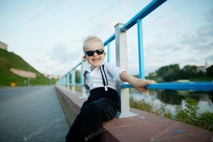 маленький джентльмен с солнцезащитные очки на открытом воздухе