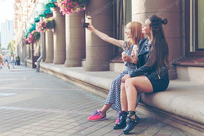 Hermosas novias enviando foto beso.