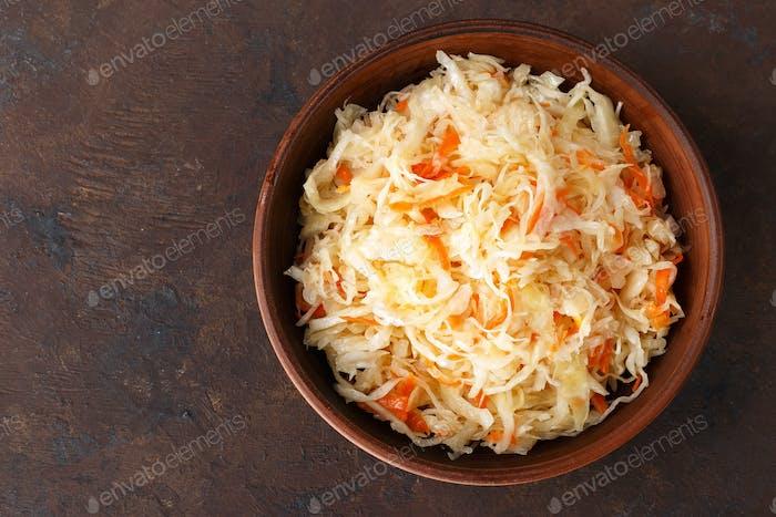 Sauerkraut. Gehackter Kohl in Salzlake eingelegt