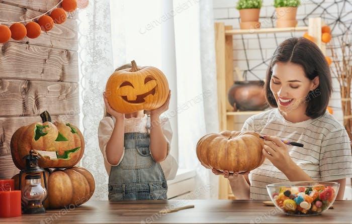 Familie bereitet sich auf Halloween vor