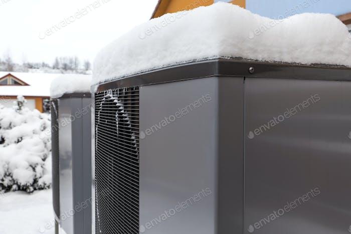 Zwei moderne Wohnwärmepumpen