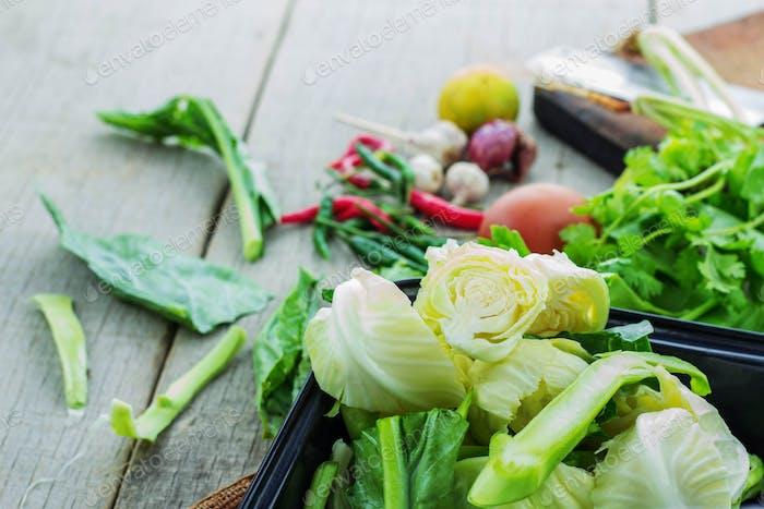 Gemüse auf Holzboden
