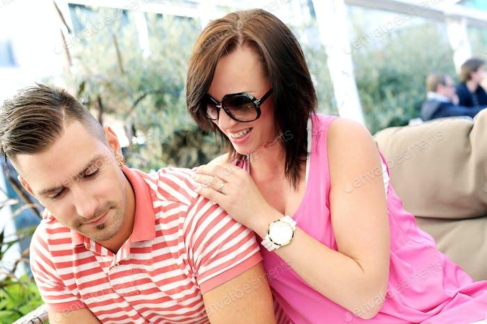 Schöner Mann und süßes Mädchen glücklich zusammen