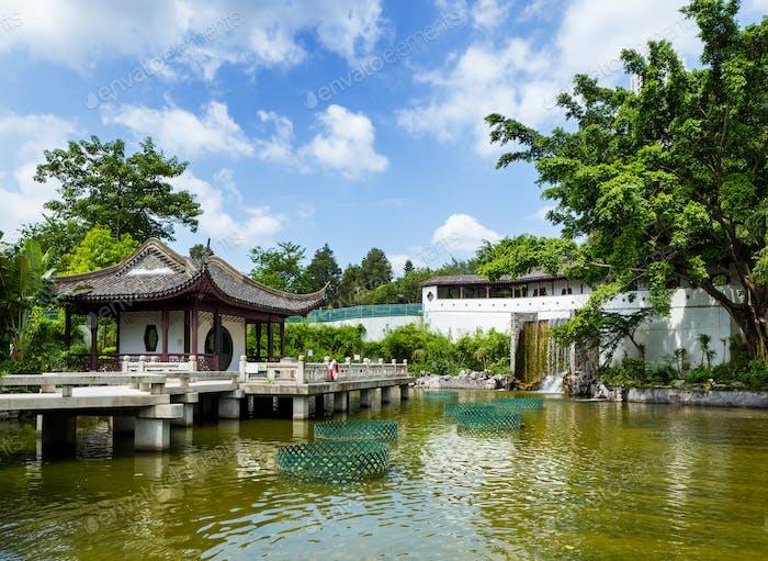Traditioneller chinesischer Pavillon mit Teich