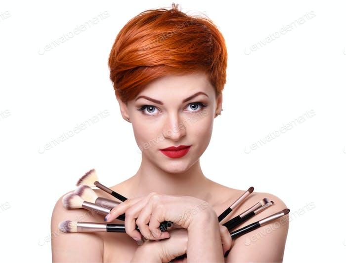 Porträt einer schönen jungen Frau mit kurzen roten Haaren mit mak