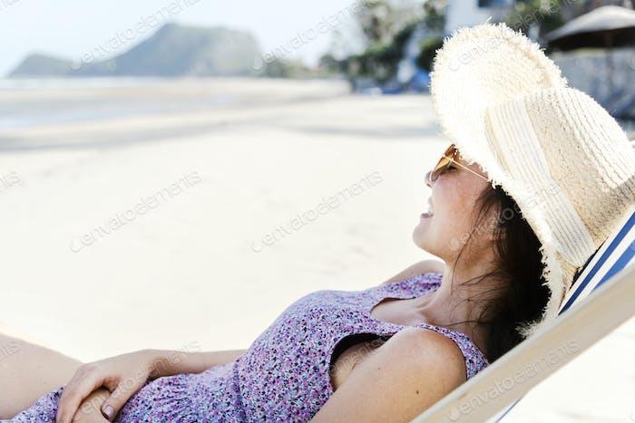 Asiatische Frau entspannen am Strand