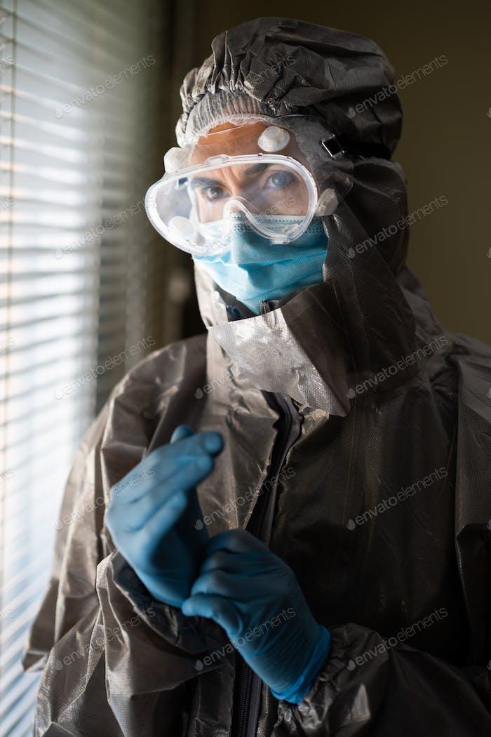 Ärztin in PSA Persönliche Schutzausrüstung