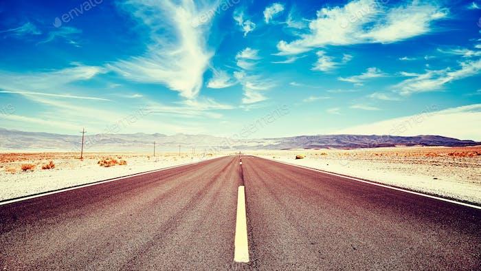 Endlose Wüstenstraße im Death Valley, USA.