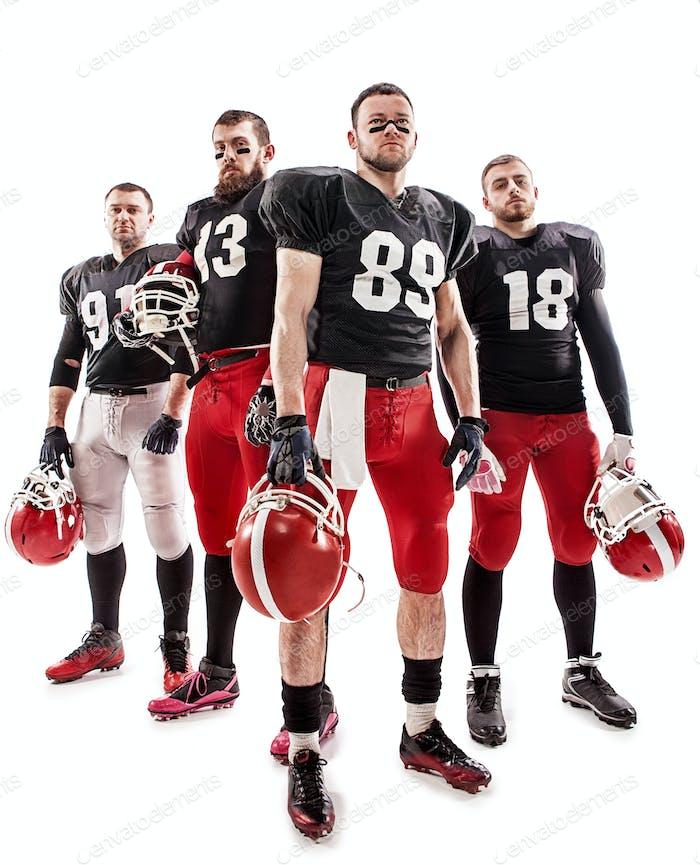 Los cuatro jugadores de fútbol americano posando con pelota sobre Fondo blanco