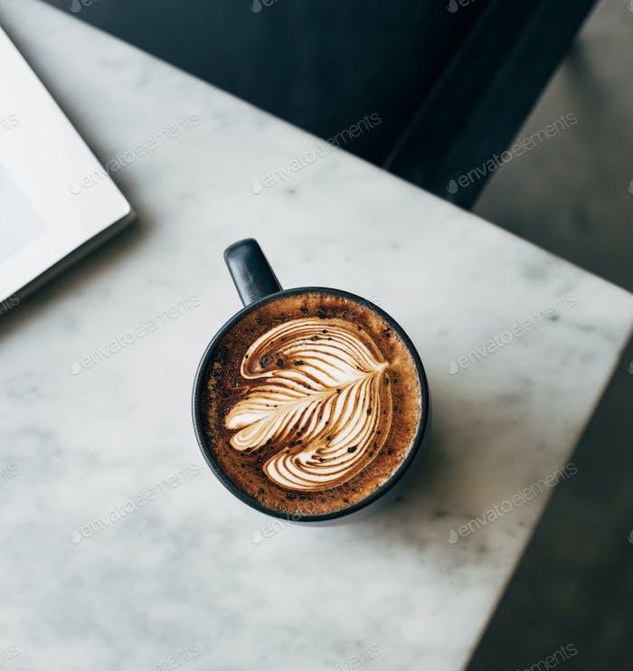 Aéreo de una taza de café en una mesa