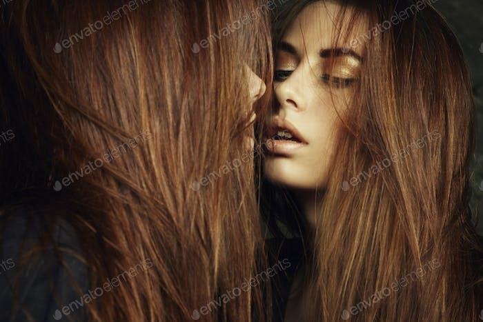 schön sexy junge Frau in der Nähe ein Spiegel