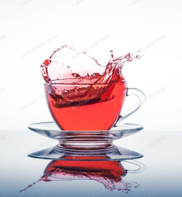 Tasse Tee mit Spritzer
