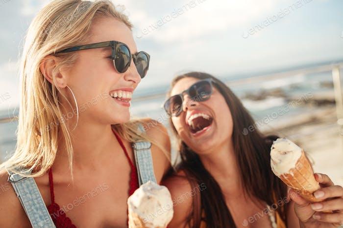 Beste Freunde zusammen im Freien mit Eis