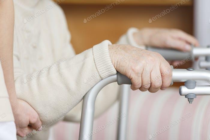 Senior con las manos en andador