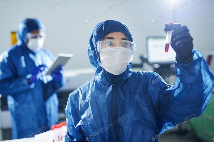 Gesundheitswissenschaftler arbeiten mit gefährlichen Proben
