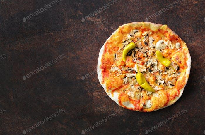 Hausgemachte Pizza. Draufsicht mit Kopierraum auf dunklem Steintisch