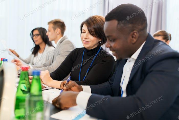 Equipo Negocios en la conferencia internacional