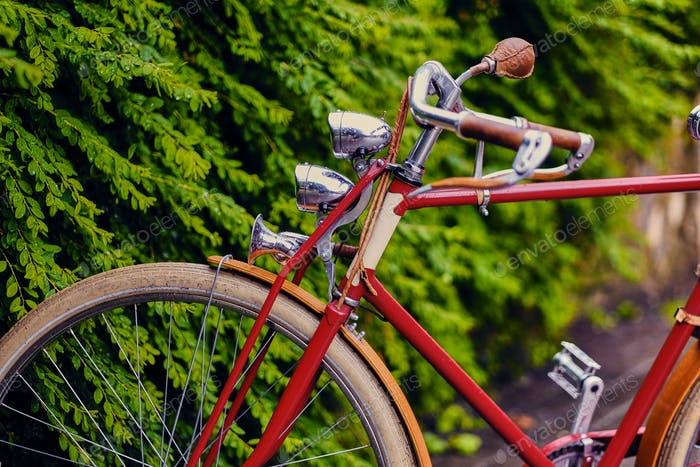 Ретро велосипед в парке.