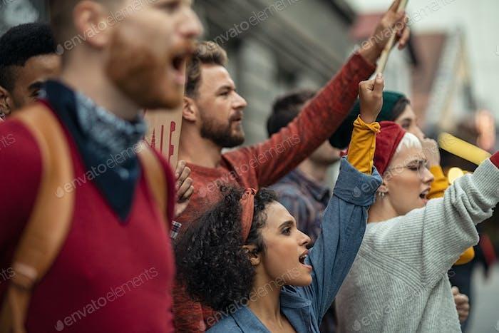 Grupo de personas en manifestación protestando