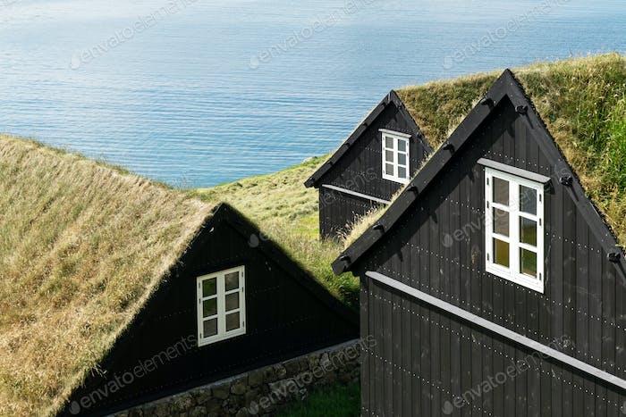 Traditionelle, mit fanoseischem Gras bewachsene Häuser