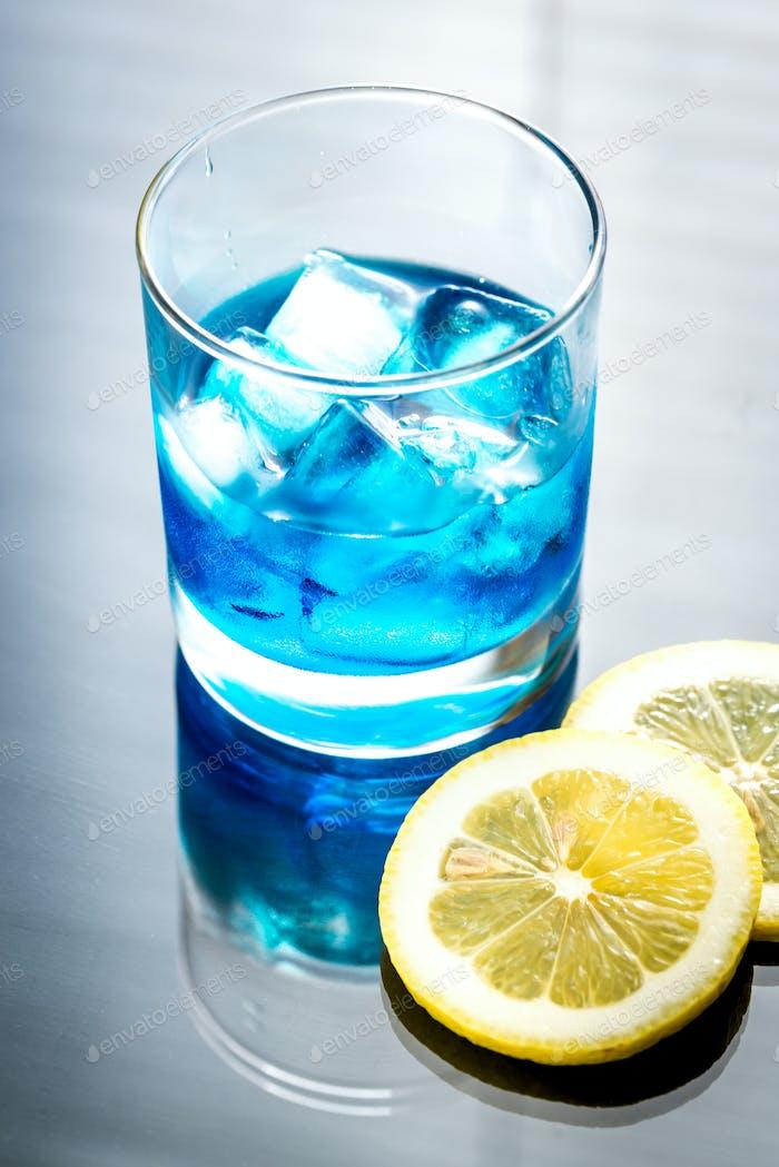 Glas blauer Curaçao Cocktail