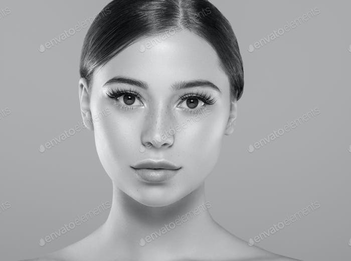 Augen Wimpern Frau Gesicht Nahaufnahme natürliche Make-up gesunde Haut. Monochrom. Grau. Schwarz und Weiß.