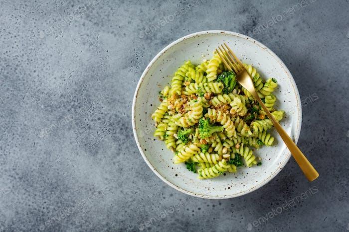 Pasta mit grüner Pesto-Sauce, Brokkoli und Cashewnüssen