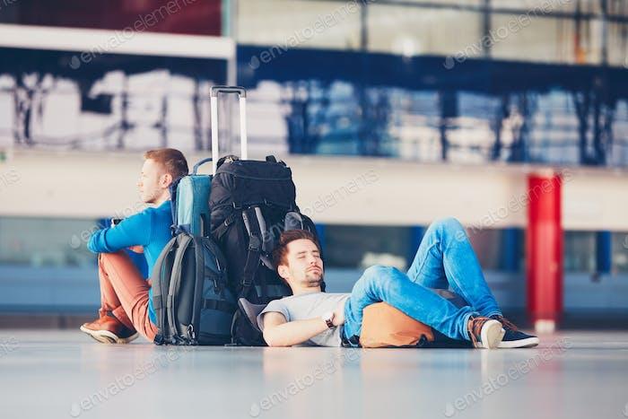 Reisende, die auf Abreise warten