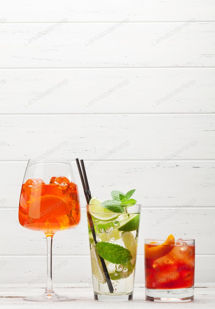 Drei klassische Cocktailgläser